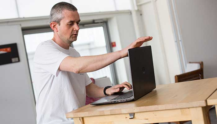 homme ouvrant son PC HP