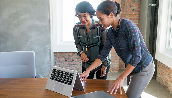 Femmes devant HP ELiteBook x360 mode tente